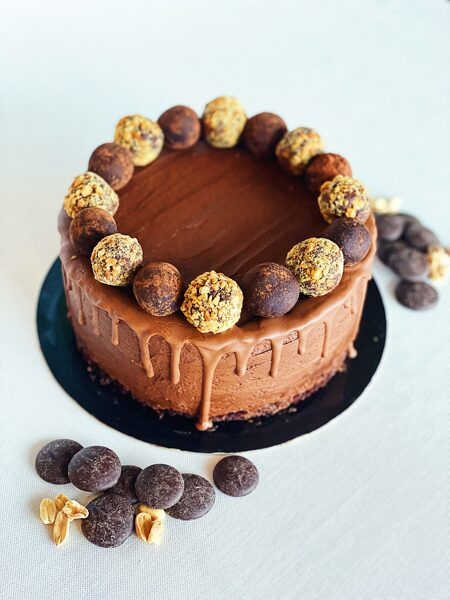 Šokolādes kūka ar sāļo karameli un grauzdētiem zemesriekstiem 1kg
